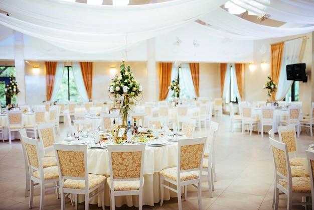 Interior de una decoración de carpa de boda lista para invitados