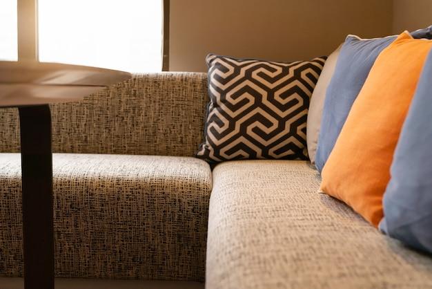Interior de diseño para el hogar, acogedor sofá en la sala de estar con almohadas de colores