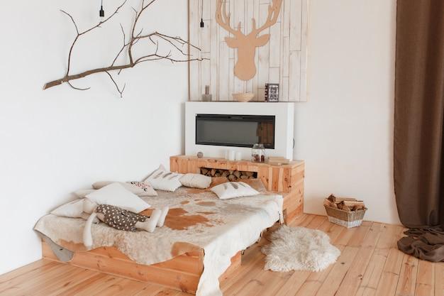 Interior de dormitorio de casa de caza. suelo y cama de madera rústica natural.