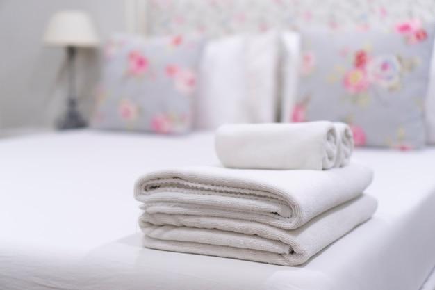 Interior dormitorio, tono blanco.
