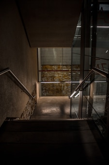Interior del edificio con escaleras