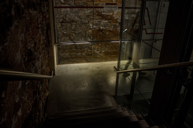 Interior del edificio con escaleras