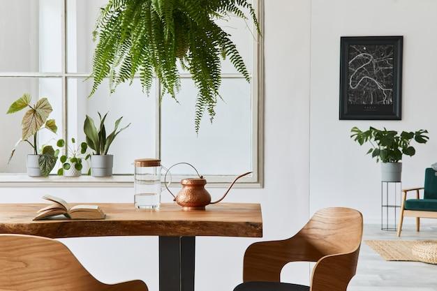 Interior elegante y acogedor de comedor con mesa de madera artesanal de diseño, sillas, plantas, sofá de terciopelo, mapa de póster y accesorios elegantes en la decoración del hogar moderno. plantilla.