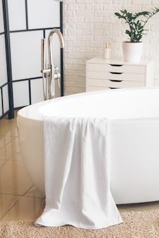 Interior elegante de baño moderno