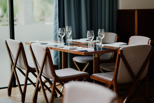 Interior con elegantes mesas y sillas de madera.