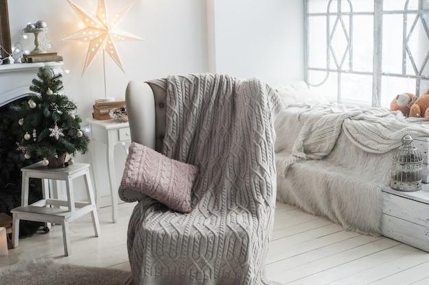 Interior escandinavo con sillón y adornos navideños
