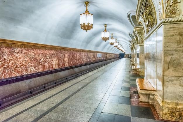 Interior de la estación de metro prospekt mira en moscú, rusia