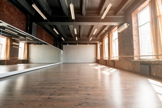 Interior de un estudio de danza vacío.