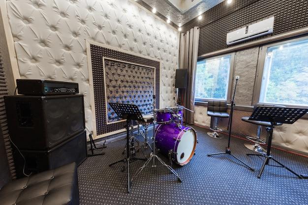 El interior del estudio de grabación profesional con instrumentos musicales.