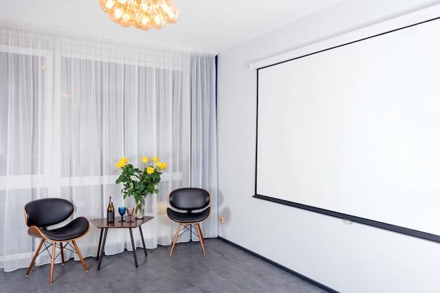 Interior de estudio moderno con luces en la pantalla del proyector. interior contemporáneo con elementos tipo loft.