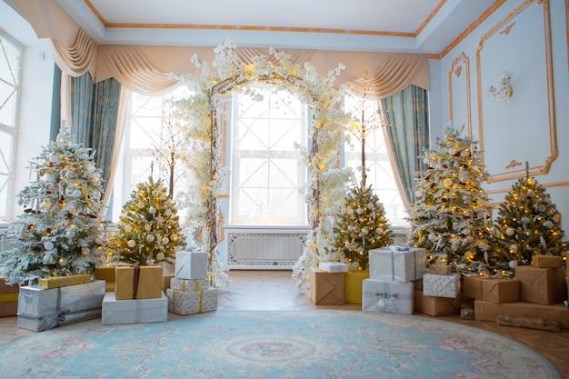Interior festivo: árbol de navidad y sofá con almohadas, regalos. el concepto de navidad y año nuevo.