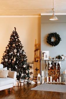 Interior festivo con chimenea y árbol de navidad decorado