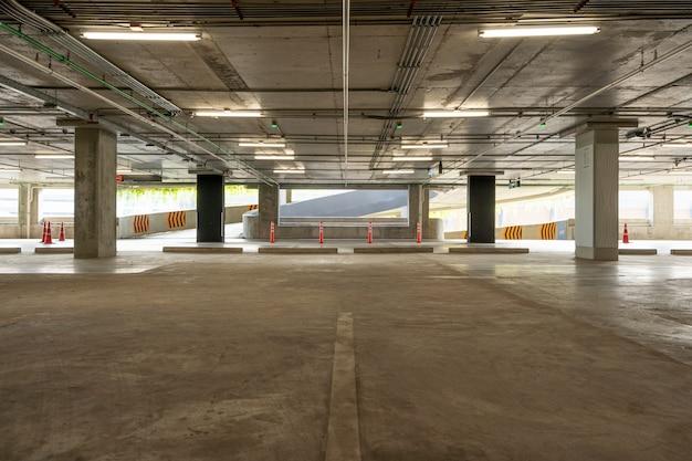 Interior del garaje de estacionamiento de cemento vacío y señal de salida signo de flecha en el interior del garaje de estacionamiento edificio industrial o supermercado.