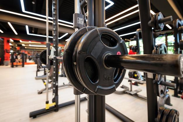 Interior del gimnasio con barra