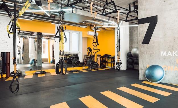 Interior del gimnasio con equipos de ejercicio.