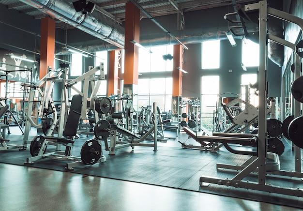 Interior gimnasio con equipos.