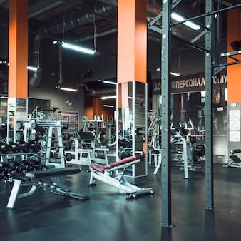 Interior de gimnasio moderno con equipos.