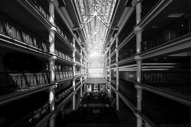 Interior de un gran edificio con techo de cristal.