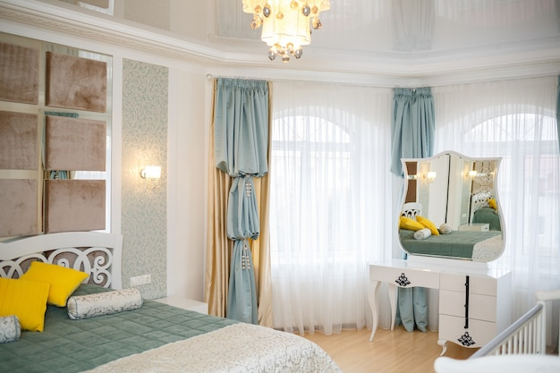 Interior de una habitación infantil con muebles blancos. solución de reparación moderna