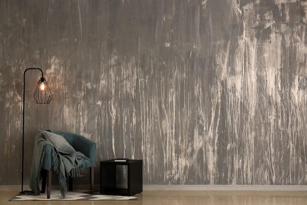 Interior de habitación moderna con pared de grunge