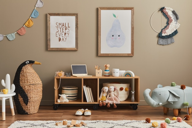 Interior de habitación de niño escandinavo con estilo con juguetes y muebles simulados plantilla de marco de póster
