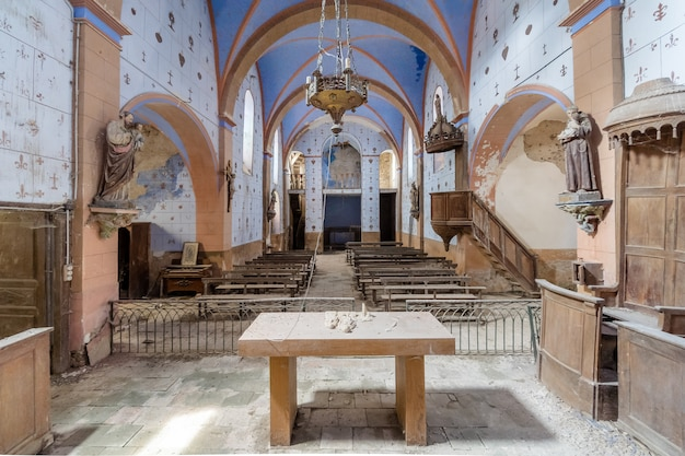 Interior de una hermosa iglesia azul abandonada
