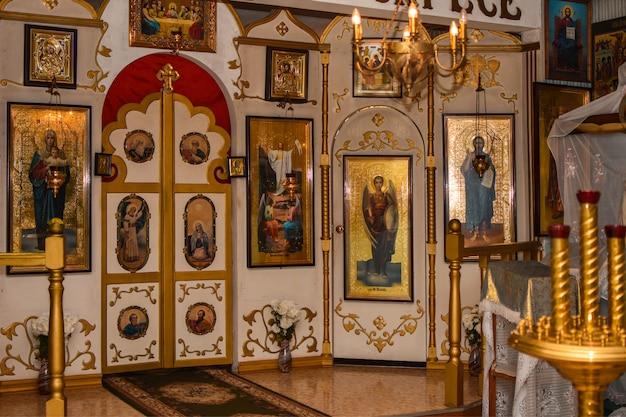 Interior de la iglesia ortodoxa rusa, iconos santos