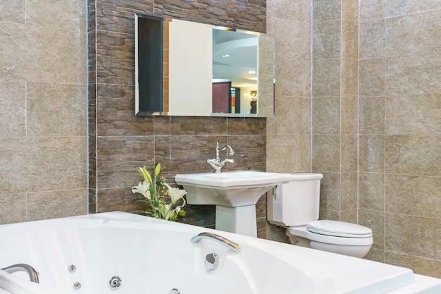 Interior de un interior de baño contemporáneo con una bañera blanca