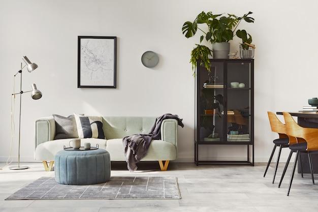 Interior de loft con estilo con sofá verde, decoración de puf de diseño y accesorios elegantes. decoración moderna para el hogar.