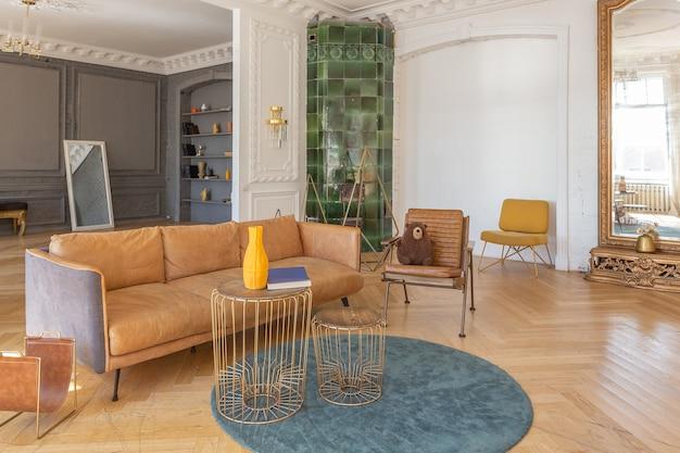Interior de lujo de un espacioso apartamento en una antigua casa histórica del siglo xix con muebles modernos. el techo alto y las paredes están decoradas con estuco