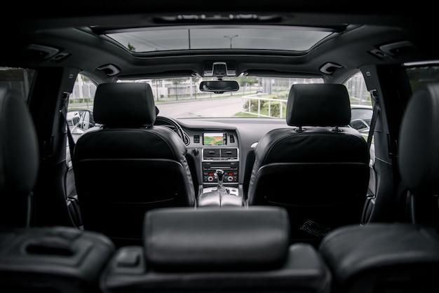Interior de lujo moderno de prestigio, tablero de instrumentos, volante.