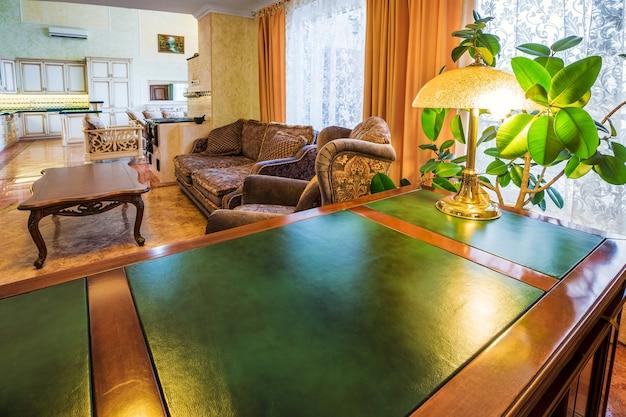 Interior de lujo de oficina en casa con escritorio verde y madera