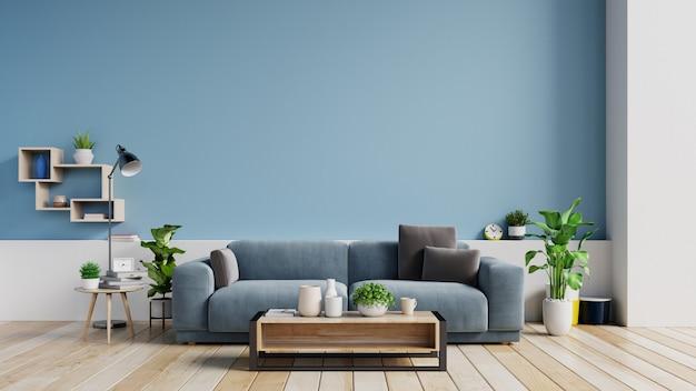 Interior de una luminosa sala de estar con almohadas en un sofá, plantas y lámpara en la pared azul vacía.
