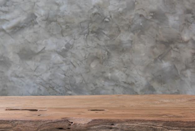 Interior de mesa de teca de madera vieja con fondo de cemento vintage loft