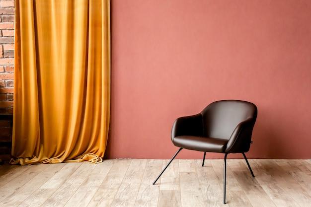 Interior minimalista moderno con un sillón negro en la pared roja vacía en el interior de la sala de estar