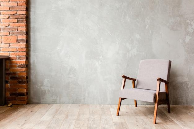 Interior minimalista moderno con un sillón negro en una pared vacía en la sala de estar, estilo loft