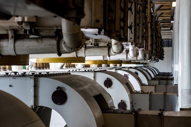 Interior de la moderna fábrica de aceite natural. tuberías, bombas y motores