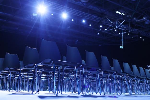 Interior de la moderna sala de conferencias