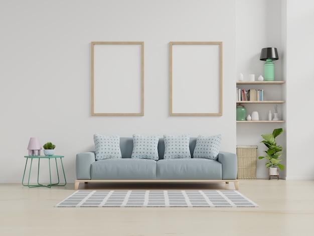 Interior de la moderna sala de estar con sofá y plantas verdes, lámpara, mesa en la pared blanca.
