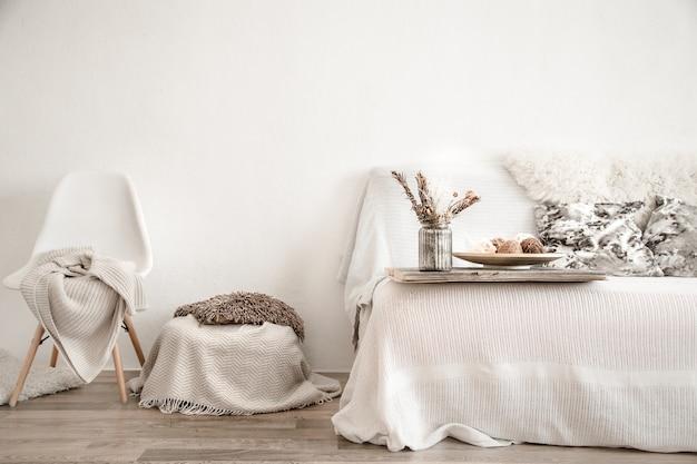 Interior moderno con artículos para el hogar