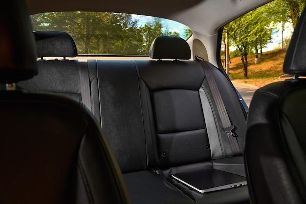 Interior moderno del automóvil: asientos traseros con los cinturones de seguridad