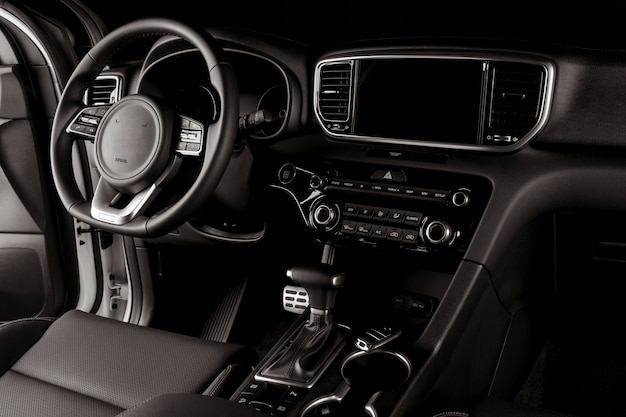Interior moderno del automóvil, caja de cambios automática, volante y tablero de instrumentos