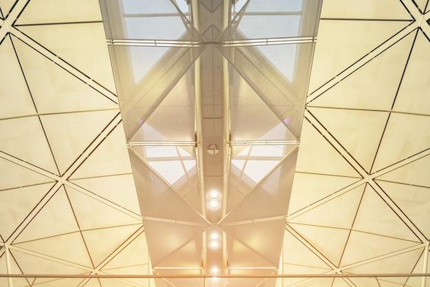 Interior del moderno centro comercial de la estación de metro del aeropuerto de hong kong, techo del moderno edificio