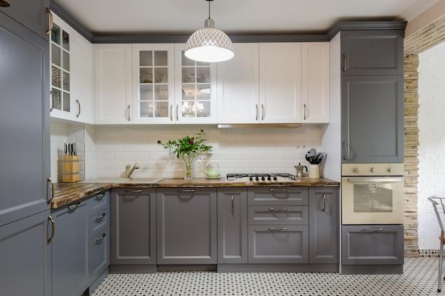 Interior moderno de cocina de madera gris y blanco