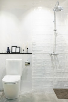 Interior moderno del cuarto de baño con lavabo moderno de encimera, inodoro y espejo
