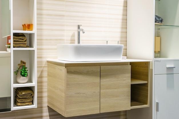 Interior moderno cuarto de baño en primer plano de lavabo superior utilizando materiales naturales. Foto Premium