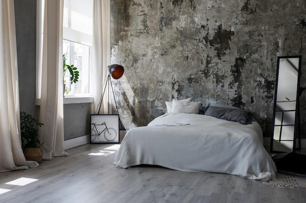Interior moderno loft ecológico en el dormitorio.