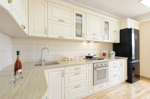 Interior moderno de lujo en color beige y blanco.