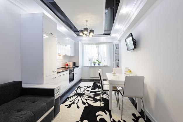 Interior moderno y lujoso de la cocina en blanco y negro