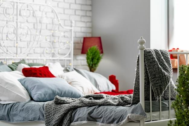 Interior moderno y luminoso dormitorio decorado para navidad